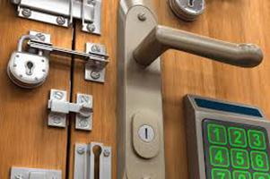 Porta con diversi tipi di serrature